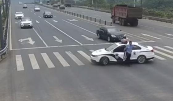 中国の警察官が道路の真ん中で突然閉鎖!!その理由に世界中から称賛の嵐