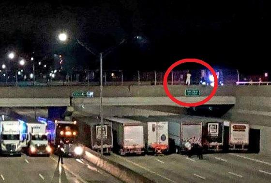 高速道路でトラックが一列に停車?!その理由に世界中から称賛の嵐!!