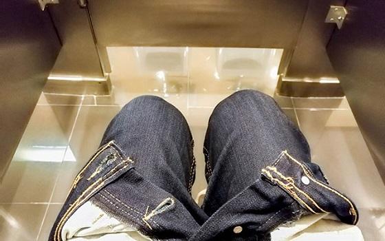 トイレの隙間から「こんにちは!」って元気よく入ってきた存在にニタリ・・・
