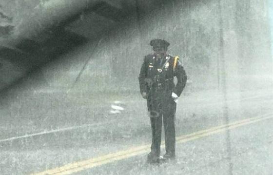 大雨の中、女性警官が道路の真ん中で笑顔で立ち尽くす理由に称賛の嵐!!