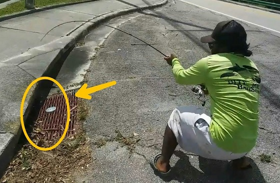 【衝撃映像】男性が下水道に釣り糸を垂らした瞬間になんと...