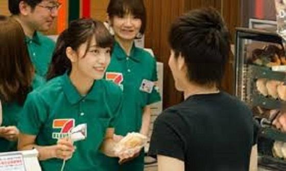 カタコトの日本語で接客する留学生に『綺麗な日本語が使えるようになってから働け!』のクレーム。そのとき、近くにいた高校生が一言!