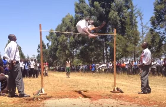 ケニアの高校の高跳びの映像に驚愕!!こんな飛び方でこんなに飛ぶの?!