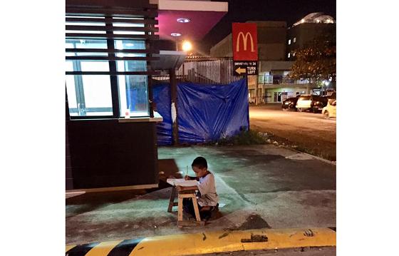 フィリピンのホームレス少年がマクドナルドの明かりで勉強する姿に涙が溢れる...