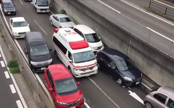 日本で救急車が近付いてきたときの一般車両の対応に海外で称賛の嵐!!