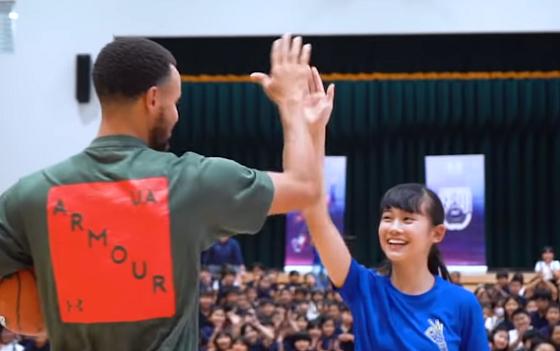 NBAのステフィン・カリー選手が大勢の観衆の前で何度もシュートを失敗する少女に伝えたアドバイスとは...