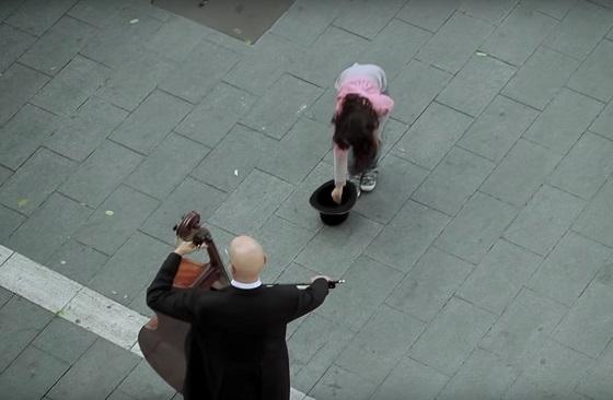 少女がコインを入れた瞬間から始まるオーケストラのサプライズ映像が素晴らしすぎる!!