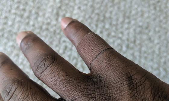 ある黒人男性が絆創膏に感動した理由に考えさせられる...