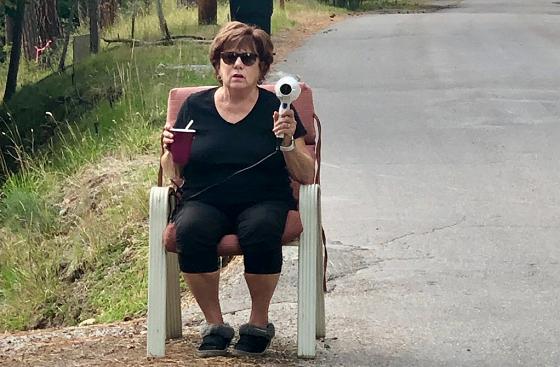 ある女性が毎日、ヘアドライヤーを持って道路沿いに座っている理由に世界中から称賛の嵐!!