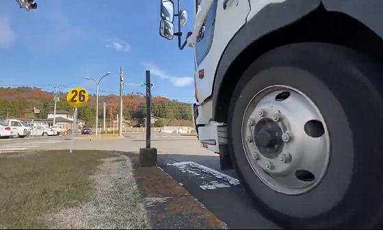 """自動車学校が投稿した""""交差点の横断歩道で待つとき、道路ギリギリで待ってはいけない理由""""とは!!"""