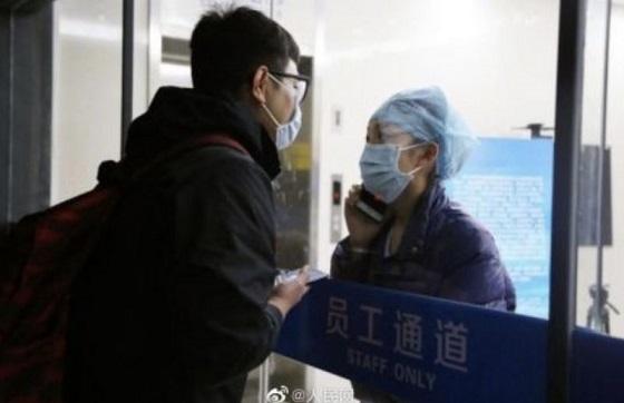 隔離された病院でコロナの患者を処置する看護師がガラス越しで婚約者が取った行動に涙があふれる...