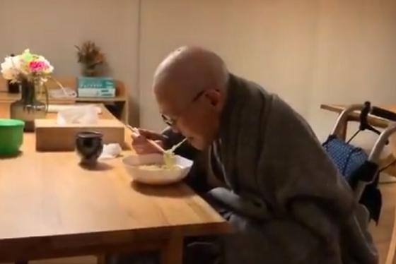 病院で半年間、ずっとペースト食だった96歳の男性がラーメンを久しぶりに食べたときの動画に涙がこぼれる...