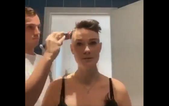 妻のために髪の毛を一緒にカットする夫婦の姿に涙があふれる...
