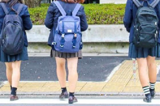 女子高生も大変だ...高校生が大きいリュックを背負っている理由に超納得!!