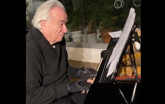 指を負傷したピアニストが生体グローブで20年以上ぶりにピアノを演奏した動画に涙があふれる...