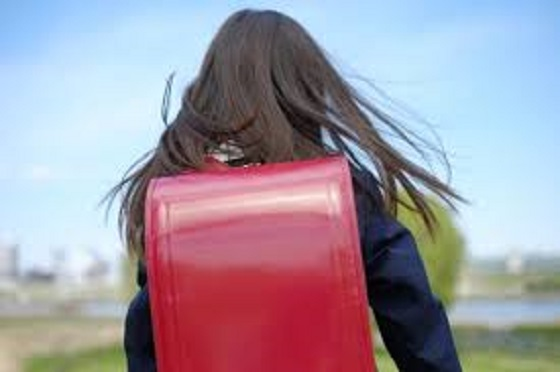 ランドセルを背負った女の子に75歳の女性が声をかけたときの少女の行動に考えさせられる...