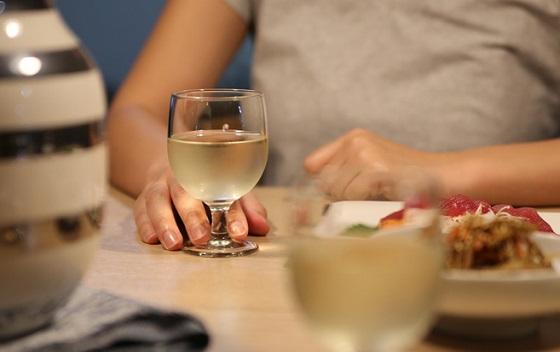 外で飲むと大丈夫なのに家で飲むと1杯だけで酔っぱらってしまう理由に超納得!!