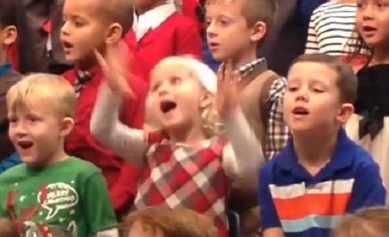 ある少女が両親のために合唱でひとりだけ違う振り付けをした理由に涙があふれる...
