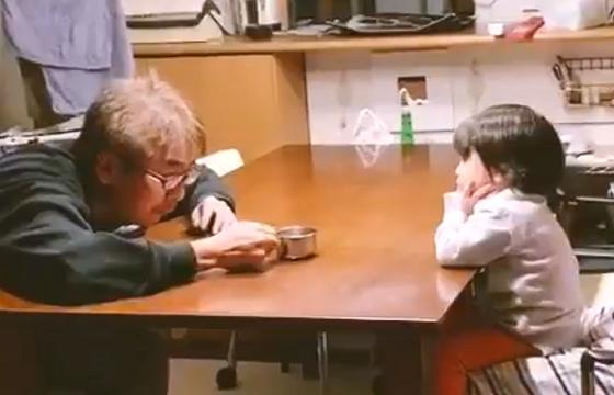"""じいちゃんと孫の """"音を立てずに鍋をそっと置くゲーム""""の動画に心が和む"""