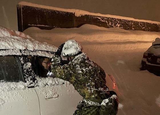 大雪で立ち往生している車両を救助するために6km歩いて来た自衛隊が最初に言った言葉に超感動!!