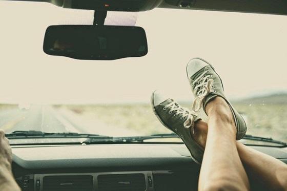 ドライブ中にダッシュボードに足を乗せることで引き起こされた恐ろしい結末とは...