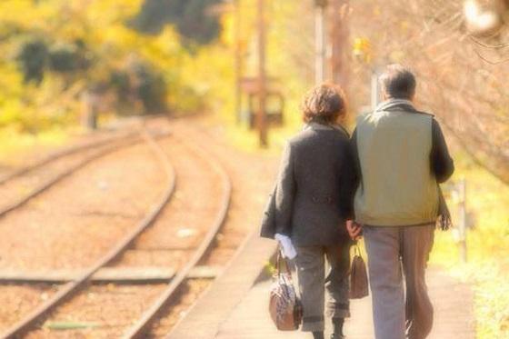 電車で老夫婦に席を譲ろうとして断られた理由が素敵すぎる!!