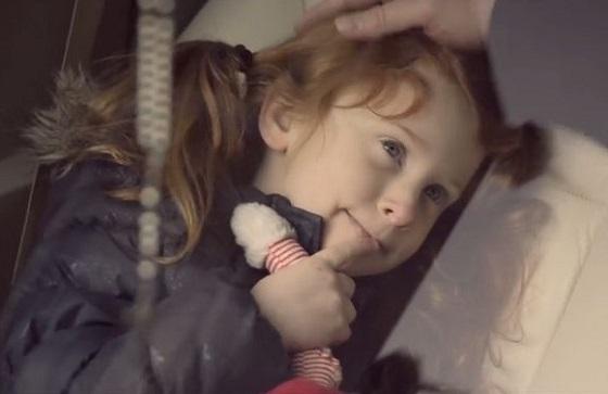 里親に引き取られた少女が幸せに暮らす日々からのラストシーンに涙があふれる...