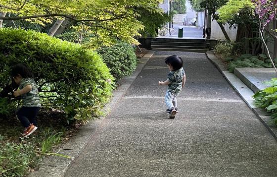 迷彩柄の服を子どもに着させて外遊びは馴染んで危ないって本当?!