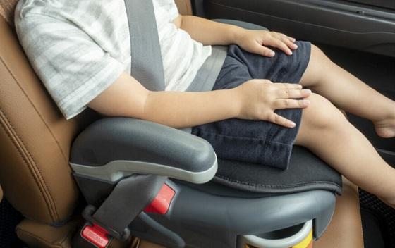 子どもをチャイルドシートに座ってくれるようにした警察官の粋な対応に称賛の嵐!!