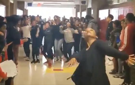 """""""マイケルジャクソン""""世代ではない生徒たちに""""スリラー""""のダンスを教えてみたら..."""