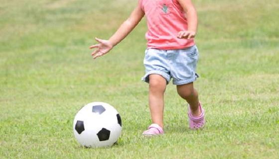 公園で子どもの蹴ったボールが目の前に転がってきたので拾ってあげようとしたら...
