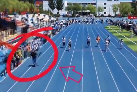 4キロのカメラを持ちながらスプリンターより速く走るカメラマンが凄すぎる!!